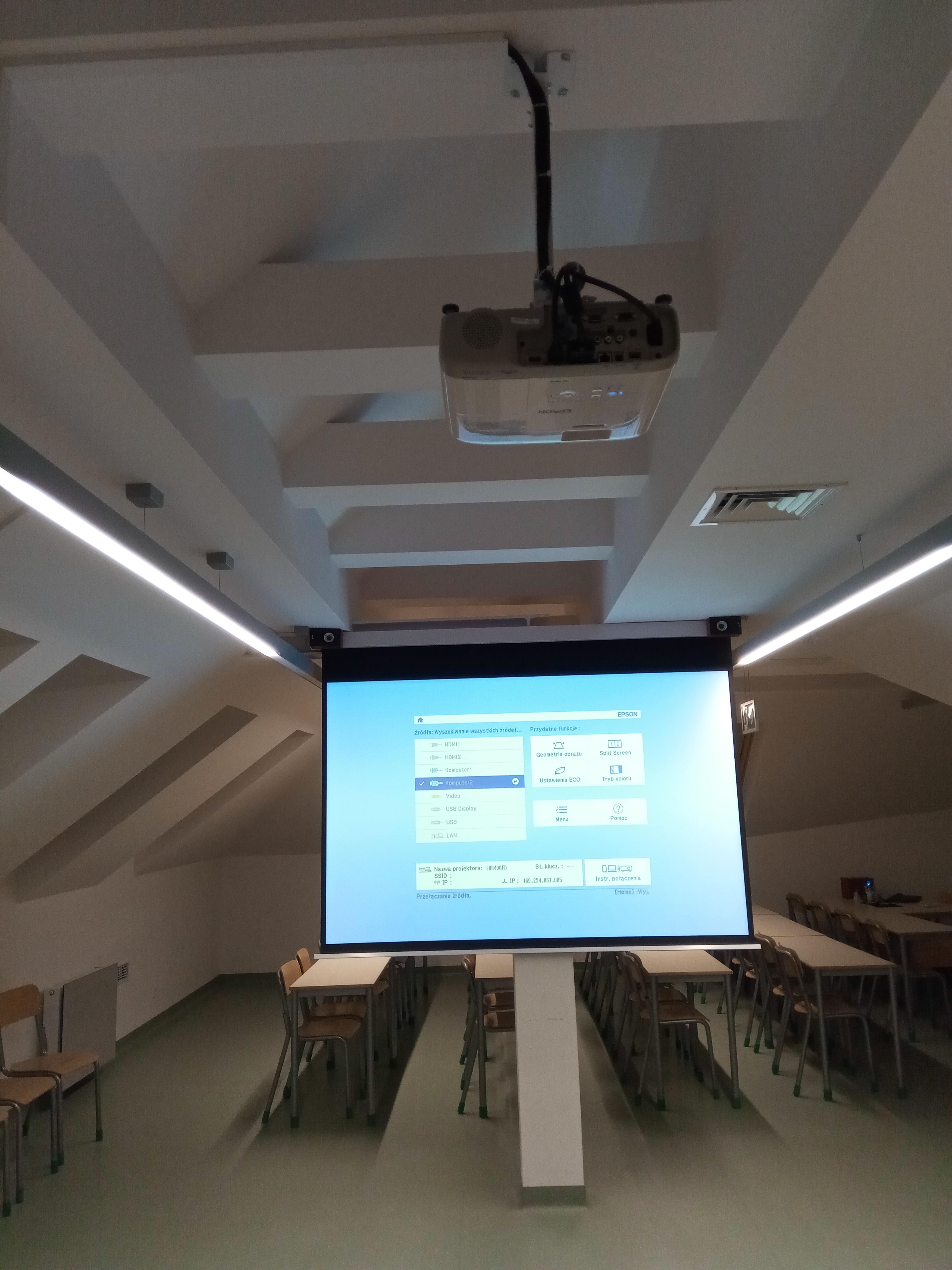 Zestaw projekcyjny - sala lekcyjna na poddaszu szkoły