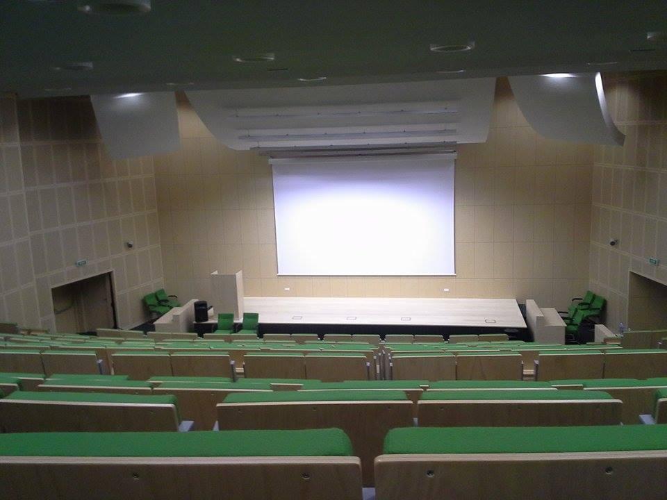 Sala wykładowa - montaż ekranu i projektora.