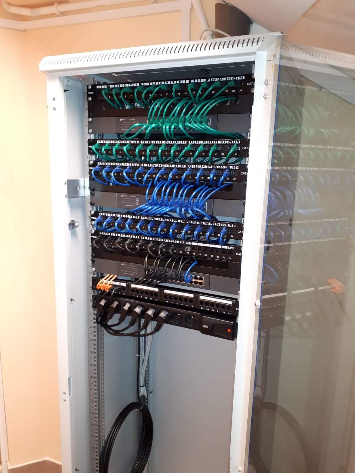 Szafa teleinformatyczna - sieć LAN w całym budynku szkoły.